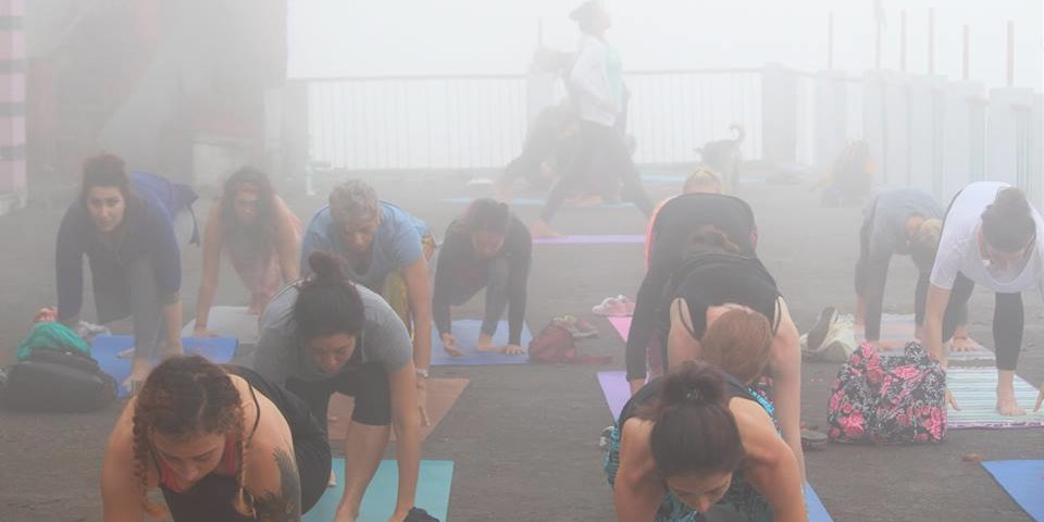 rishikul-yogshala-students-yoga-at-kunjapuri-temple-1