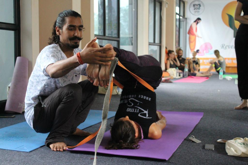 yogi manoj adjusting posture